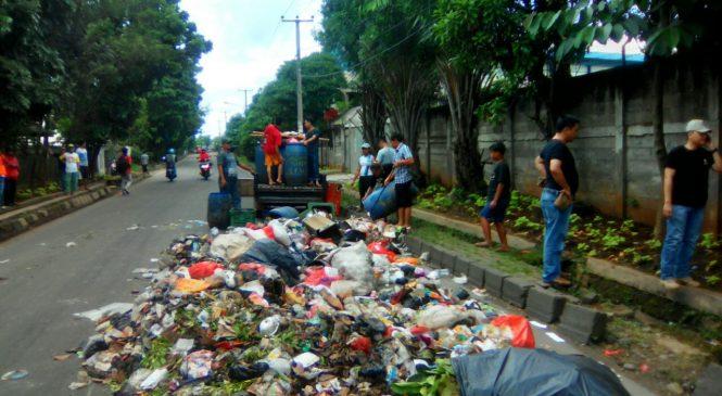 Warga Cikiwul Protes, Sampah Dibuang ke Jalanan