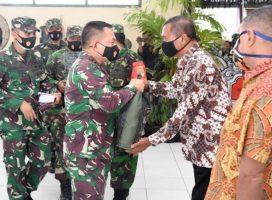 Peringati HUT TNI ke 75, Pangdam Jaya Baksos di Komplek Seroja