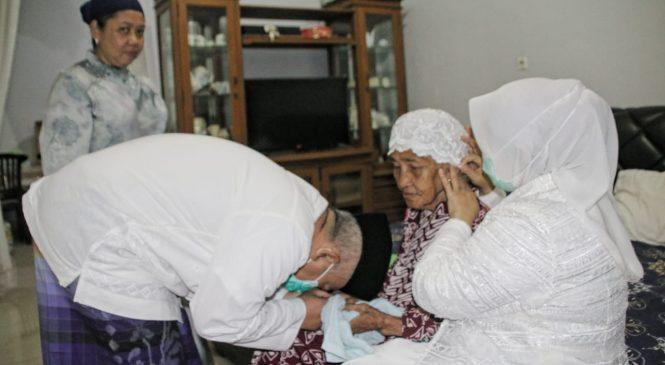 Momen Wali Kota Sungkem Ibunda Tercinta Di Hari Raya Idul Fitri 1442H